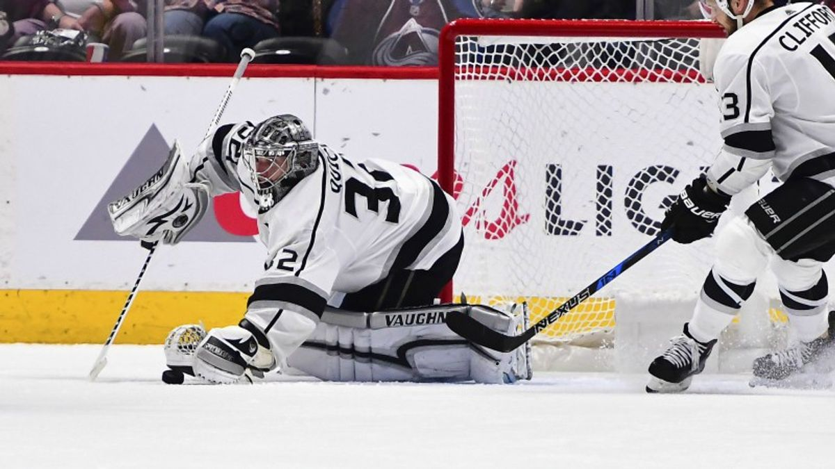 Four NHL Prop Bets for Monday: Quick Over/Under 28.0 Total Saves? article feature image