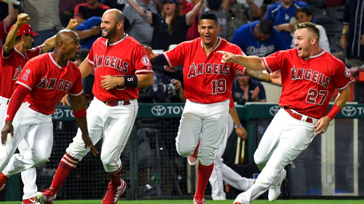 Saturday MLB Sharp Report: Pros Hitting Freeway Series Side and Total article feature image