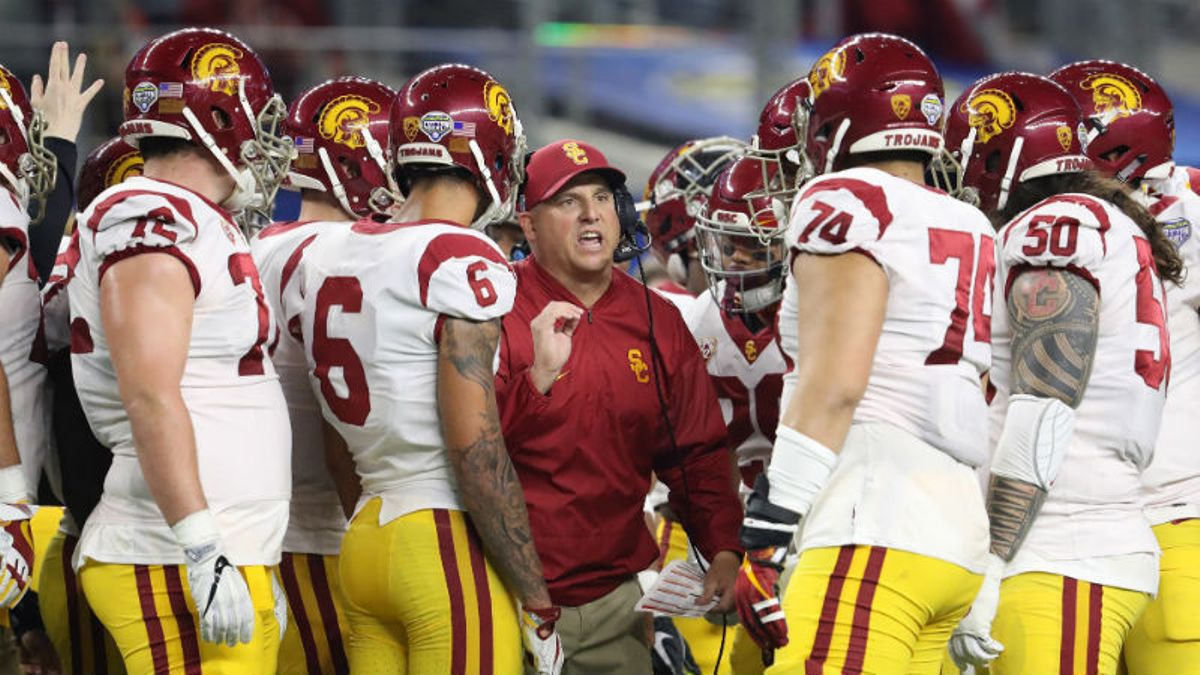 USC 2018 Betting Preview: Clay Helton Will Be Exposed Without Sam Darnold article feature image