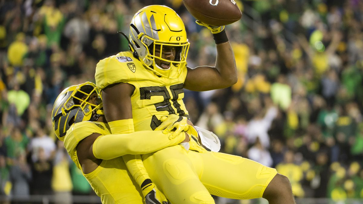 Oregon vs. Washington Odds, Picks & Betting Insights: Are Ducks Overvalued? article feature image