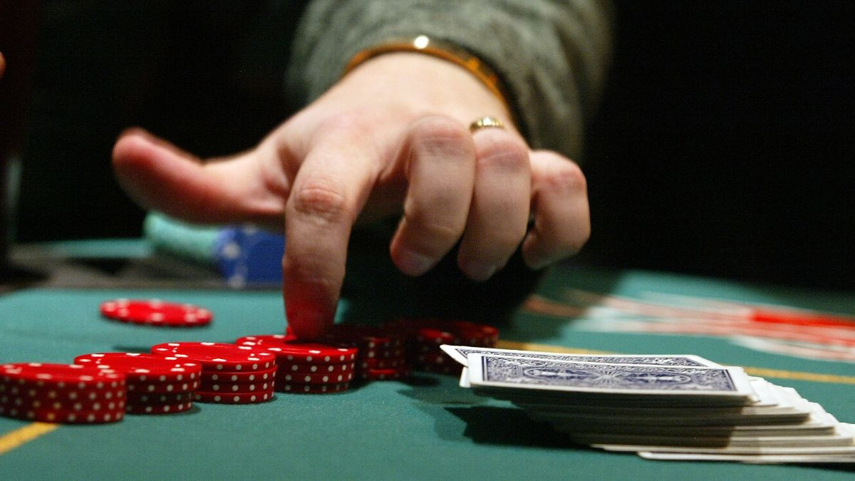 How To Play Online Poker: 4 Tips For Beginners article feature image